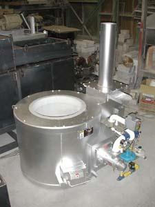 アルミ溶解保持ルツボ炉の写真